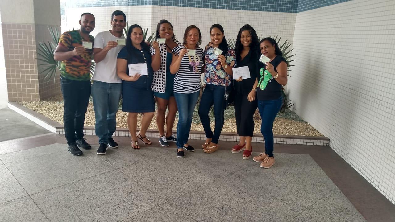 Alunos de Saúde Bucal felizes com a carteira do CRO (Conselho Regional de Odontologia).